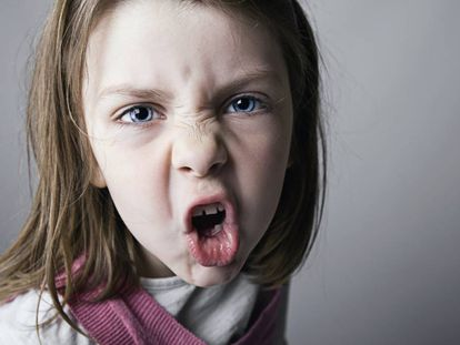 Una niña mira con agresividad.