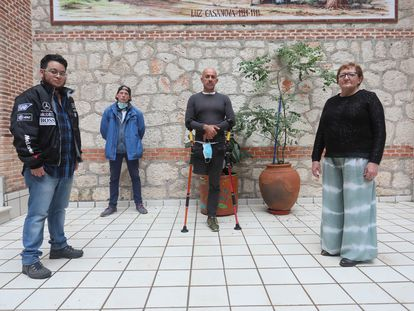 Desde la izquierda, Sebastian Verdesoto, Cristian Carayo, Jorge Gajales y Rossana Macioci, personas sin hogar posando en el Centro Social Luz Casanova recordando el día de la gente sin hogar el pasado 22 de octubre