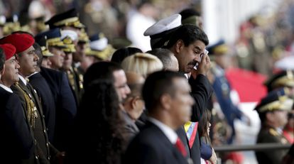 El presidente Maduro, al fondo, en un acto en Caracas.