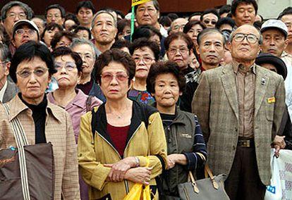 Un grupo de seguidores escuchaba ayer, en Tokio, el mitin de cierre de campaña del líder del Partido Democrático de Japón, Naoto Kan.