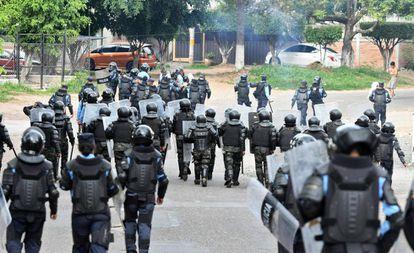 Policías y militares han participado en la represión de las manifestaciones contra el presidente Juan Orlando Hernández en Honduras.