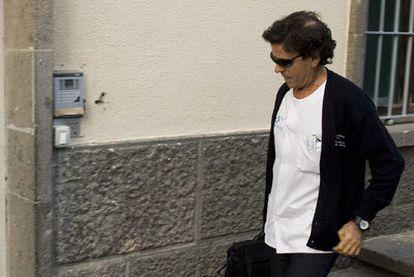 Eufemiano Fuentes se dirige a su consulta en Las Palmas.