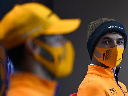 Lando Norris observa a Daniel Ricciardo hace dos semanas en Portimao (Portugal).