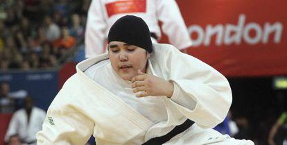 La judoca saudí Wojdan Shaherkani ante la puertorriqueña Melissa Mojica