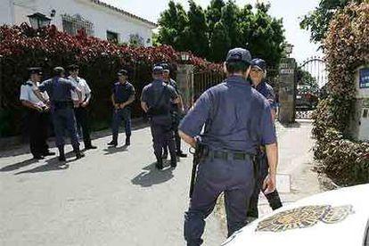 Agentes de policía custodian la casa de Julián Muñoz durante el registro policial.