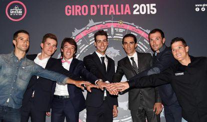 Los ciclistas Nacer Bouhanni, Michal Kwiatkowski, Rigoberto Urán, Fabio Aru, Alberto Contador, Ivan Basso y Julián Arredondo, durante la presentación del Giro de Italia.
