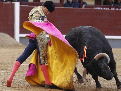 El novillero Varea, en su primer toro de la tarde, ayer en Las Ventas.