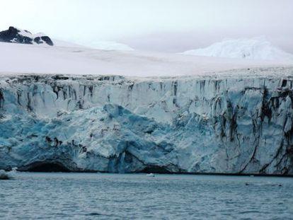 Muchos de los glaciares antárticos están siendo socavados por la acción del agua más cálida del mar.