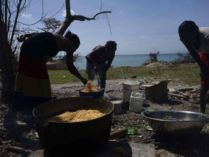 Un grupo de mujeres prepara la comida tras el paso del huracán Matthew en Haití.