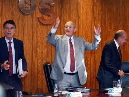El presidente del Banco Sabadell, Josep Oliu (en el centro), con el consejero delegado, Jaume Guardiola (izquierda) y el secretario Miquel Roca