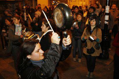 Los chilenos suenan las cacerolas anoche tras la multitudinaria marcha estudiantil