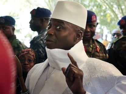 El presidente de Gambia, Yahya Jammeh, muestra su dedo con tinta antes de votar, ayer en Banjul.
