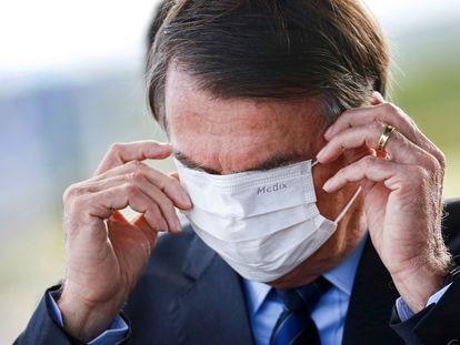 Bolsonaro se ajusta una mascarilla en el Palacio Alvorado en Brasilia, este miércoles.