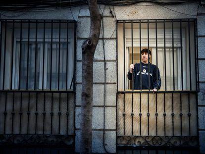 El joven Santiago Martínez, en su casa del barrio madrileño de Lavapiés.