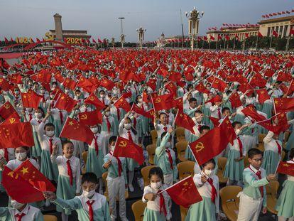 Estudiantes participan en la ceremonia en Tiananmen para conmemorar el centenario de la fundación del Partido Comunista de China.