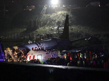 Fuselaje del avión fracturado tras el accidente. En vídeo, la aeronave se estrella en el aeropuerto de Sabiha Gökçen, en Turquía