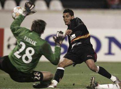 Daniel Alves anota el tercer gol del Sevilla en Praga.