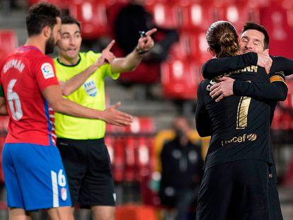 Griezmann y Messi festejan un tanto ante el Granada.
