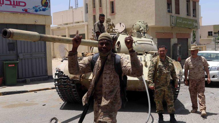 Combatientes leales al Gobierno de Unidad Libio celebran el pasado 5 de junio la conquista de la ciudad de Tarhuna, que estaba en manos de tropas leales al mariscal Jalifa Hafter.