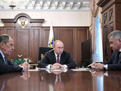 Vladímir Putin (centro) durante una reunión con el ministro de Exteriores, Serguéi Lavrov (izquierda), y Defensa, Serguéi Shoigo, este sábado en Moscú.