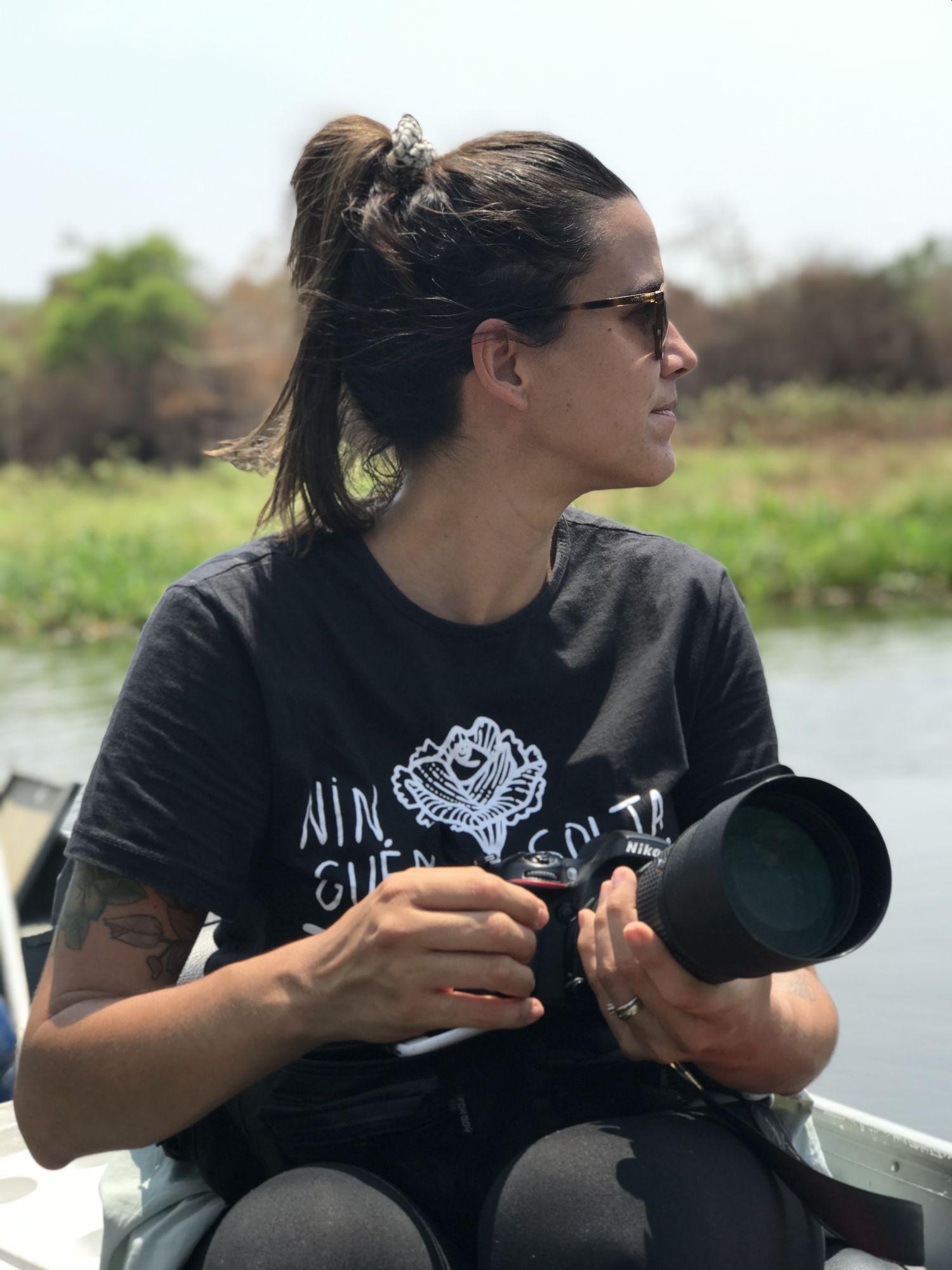 La investigadora Luciana Leite, fotografiada en el río São Lourenço, en el Pantanal, donde fue voluntaria contra los incendios de este verano