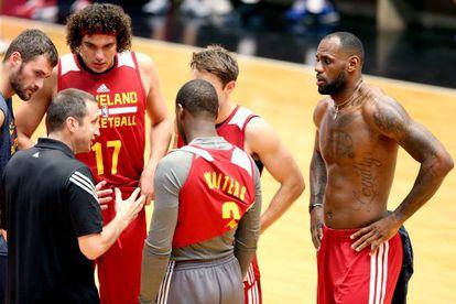 David Blatt, a la izquierda, y LeBron a la derecha, en un entrenamiento.