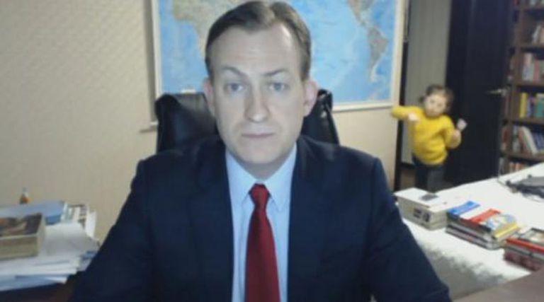 La entrevista al analista Robert Kelly, interrumpida por sus dos hijos pequeños.