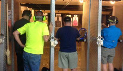 Hombres disparando, este sábado, en la tienda de Summerville.