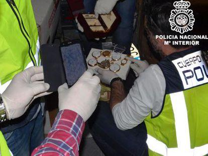 Agentes de policía, con los relojes incautados