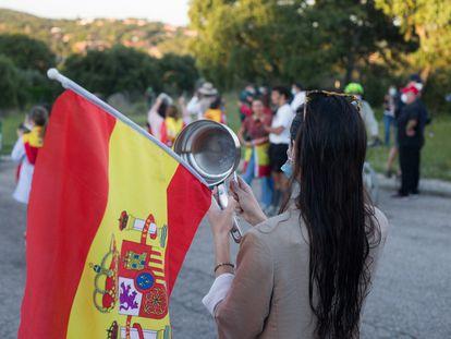 Participantes en una cacerolada en torno a la casa del vicepresidente del Gobierno Pablo Iglesias y la ministra Irene Montero en Galapagar, en mayo de 2020.