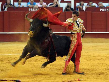 El torero El Juli durante su segundo toro en la corrida de toros de la Feria de Agosto, en la Plaza de Toros de La Malagueta.