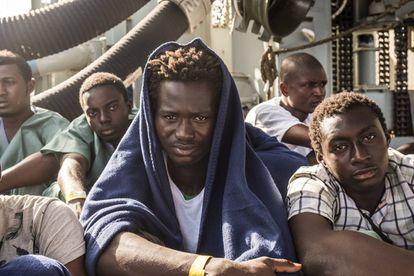 Un grupo de costamarfileños a bordo del buque, tras ser rescatados cerca de aguas libias.