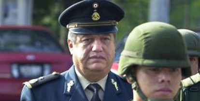 El general mexicano Mario Arturo Acosta Chaparro acude escoltado a un juicio en 2002.