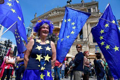 Manifestantes en la marcha 'Una Europa para todos' el 19 de marzo en Fráncfort, Alemania.