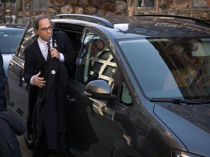 Quim Torra saliendo de su coche oficial.