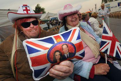 Residentes ingleses en Rojales, ayer, en el espacio habilitado para ellos con motivo de la boda real de Londres.