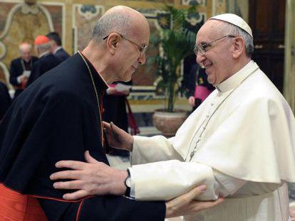 Tarsicio Bertone felicita al papa Francisco tras su elección en marzo.