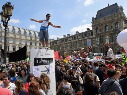 Manifestación de los 'intermitentes' hoy en el patio central del Louvre.