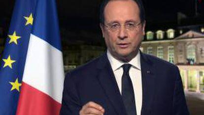 Captura de video cedido de una transmisión de la televisión francesa que muestra al presidente francés, Francois Hollande, durante un saludo por el Año Nuevo 2014, en París.