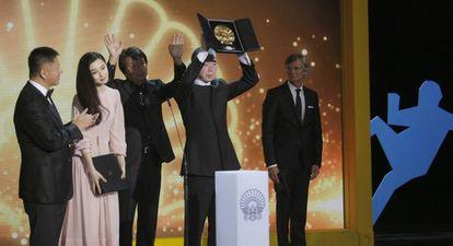 El director Xiaogang Feng alza la Concha de Oro, acompañado de su equipo, y de la actriz Fan Bingbing en San Sebastián.