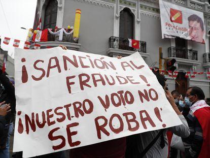 Simpatizantes de Pedro Castillo se manifiestan este lunes en las calles de Lima (Perú).