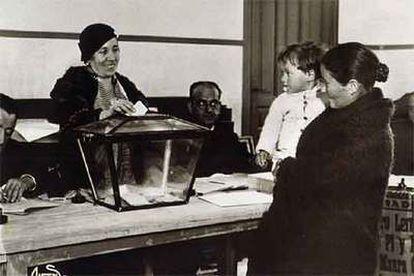 Una mujer acude a votar con su hijo en brazos, en una imagen tomada en 1933 por el conocido fotógrafo Alfonso.