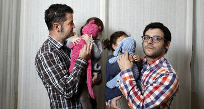 José Hernando y Javier Herraiz de la asociación Son Nuestros Hijos con sus hijas nacidas por subrogación.