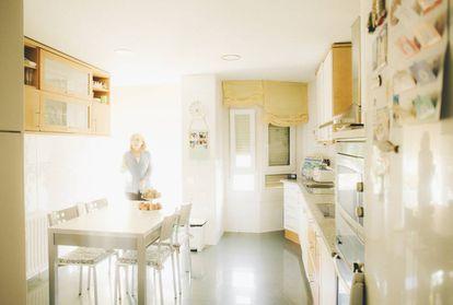 Toñi Tornero, esposa de Santiago Moreno, en la cocina de su casa.