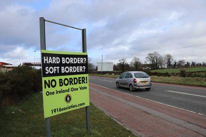 Cartel de rechazo a la frontera entre las dos Irlandas.