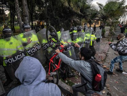 Algunos manifestantes se enfrentan a miembros de la Policía en Bogotá, este miércoles.