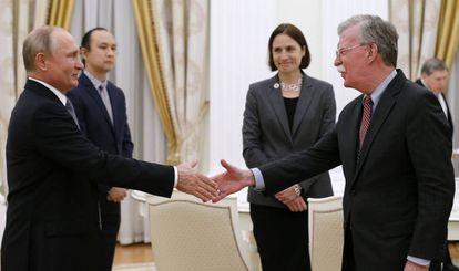 El presidente ruso,Vladímir Putin, y el asesor de Seguridad Nacional de EE UU, John Bolton, este martes en Moscú.