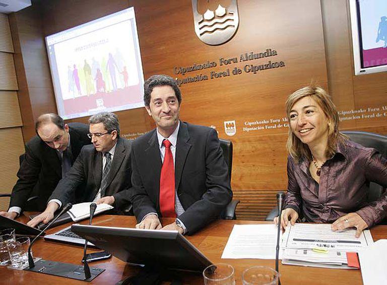 El diputado de Hacienda y Finanzas, Pello Gónzalez, presenta con miembros de su equipo la campaña de la renta.