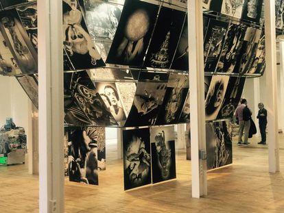 La obra con imágenes suspendidas de Erick Beltrán en Fabra i Coats.