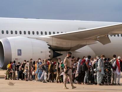 Refugiados agfanos desembarcan en la base aérea de Torrejón de Ardoz (Madrid), este lunes.